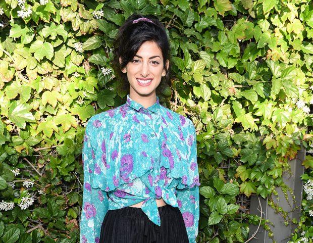 Direttamente dagli anni '90, lo scrunchie colorato per l'attrice Ayden Mayeri. (Photo credit: Getty Images)