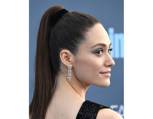 Il fermacoda in tessuto in versione sofisticata sull'attrice Emmy Rossum. (Photo credit: Getty Images)