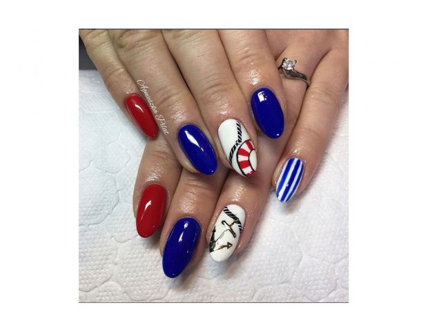 Tutti gli elementi dello stile nautico in una sola nail art. (Photo credit: instagram @agas_heavenlynails)