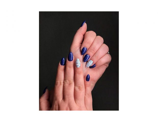 Manicure blu con accent nail a righe. (Photo credit: instagram @gel_nails_by_andreea)