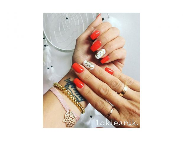 Nail art nautica rossa con accent nail bianca e decorazione oro. (Photo credit: instagram @lakiemik_nails
