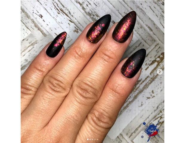 Smalto metallizzato rosso su base di smalto nero opaco. Photo credit: Instagram @jcee718