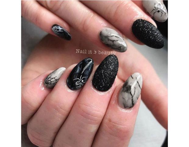 Un design diverso per ogni unghia, dal marmorizzato, ai glitter a ragno e ragnatela. Photo credit: Instagram @nailitandbeauty123