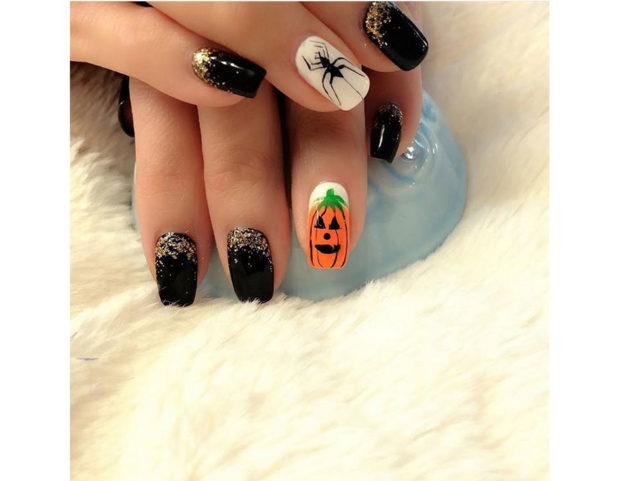 Nero, glitter, ragno e zucca: gli elementi classici di Halloween. Photo credit: Instagram @royallavendernails