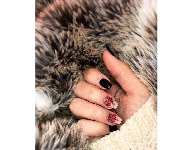 Doppia accent nail con zucca e smalto viola scuro. Photo credit: Instagram @megan.anne_beauty