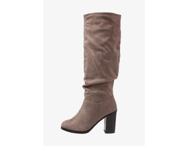 Stivali con tacco alto