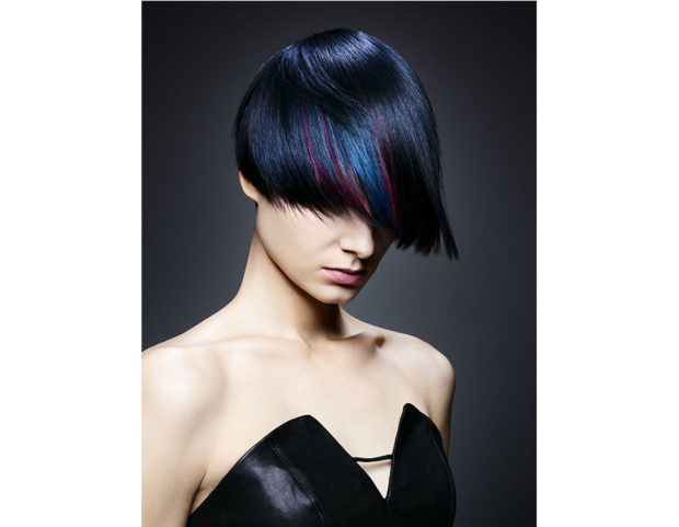 Taglio corto nero-blu con riflessi mirtillo. (Photo credit: Schwarzkopf Professional)