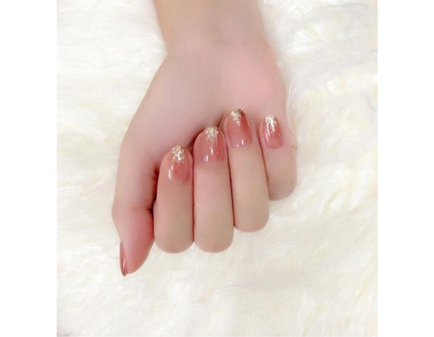 Manicure rosa corallo e luminescente