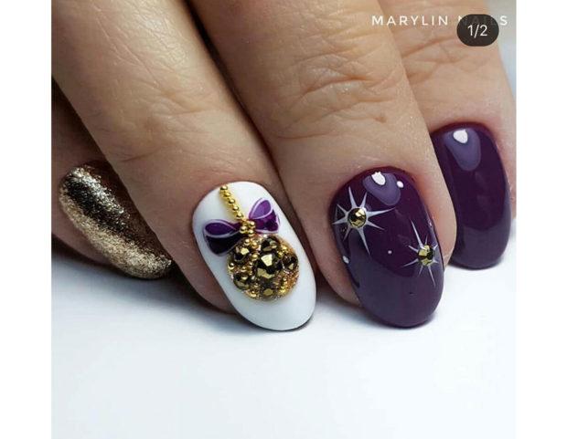 Nail art viola e bianca con pallina di natale