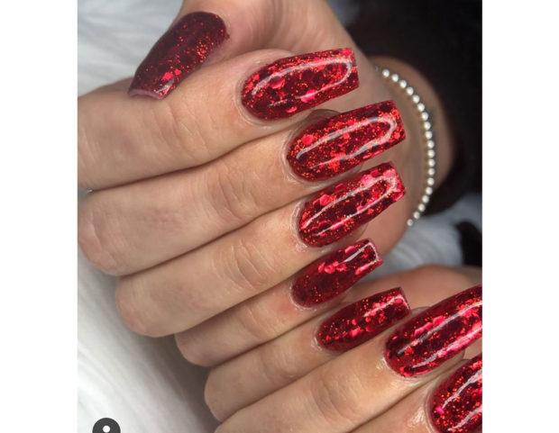 Smalto rosso con pagliuzze brillanti