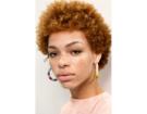 Capelli corti anche per lo stile afro.