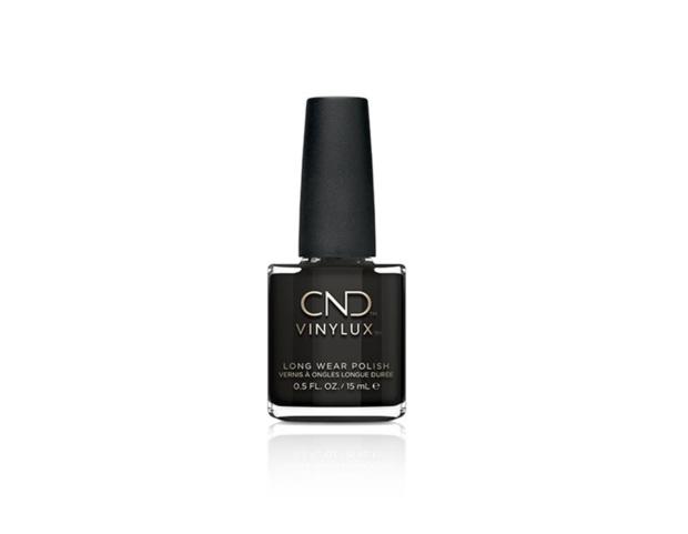 Lo smalto nero è ormai un must have, da scegliere a lunghissima durata come il Vinylux di CND.