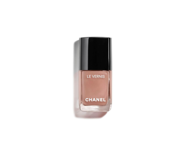 Lo smalto nude della primavera è il color sabbia di Chanel.