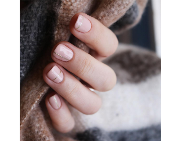 Nail art rosa cipria con linee verticali e orizzontali alternate color oro shimmer. (Photo credit: instagram @mytownhouseuk)