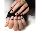 Half moon manicure in negativo con smalto nero su base nude. (Photo credit: instagram @katerina_nailcore)