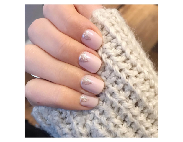 Nail art shimmer minimalista nei toni soft del rosa e dell'oro light. (Photo credit: instagram @rebeccaleecomms)