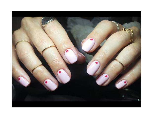 Dot manicure nei toni del rosa e del rosso. (Photo credit instagram @