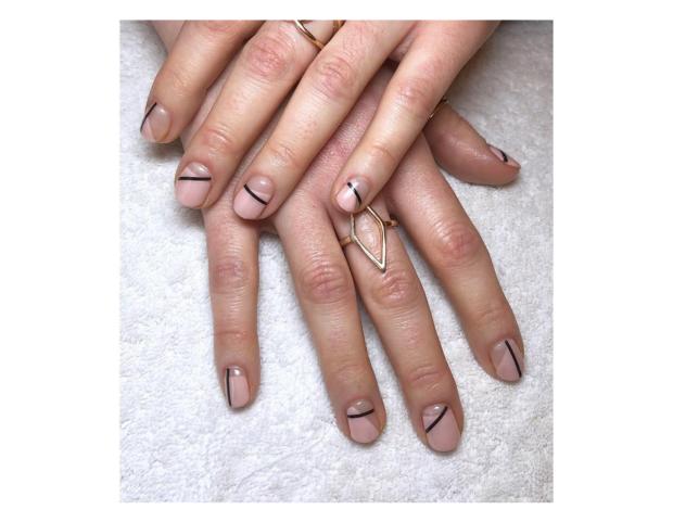 Smalto rosa cipria e linee minimal. (Photo credit: instagram @studioalicelily)