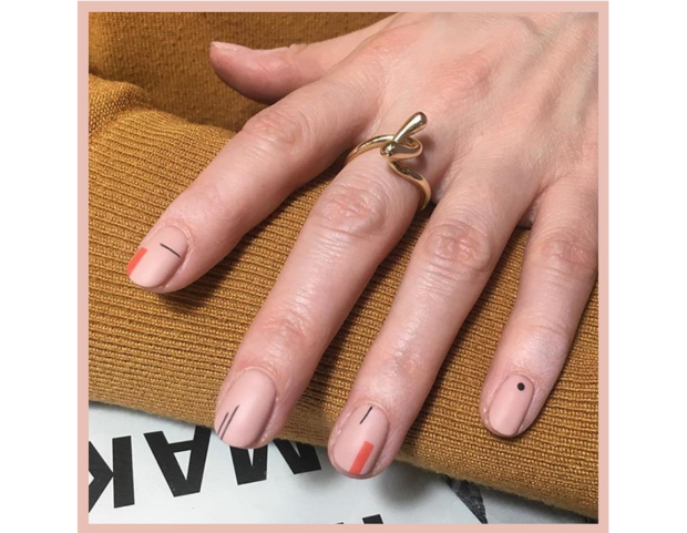Nail art astratta ispirata all'arte contemporanea. (Photo credit: instagram @corneliapurple_official)
