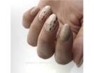Astrattismo e minimalismo in una manicure realizzata con il foil. (Photo credit: instagram @nailartszorsi)