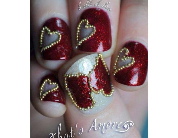 Manicure con perline dorate