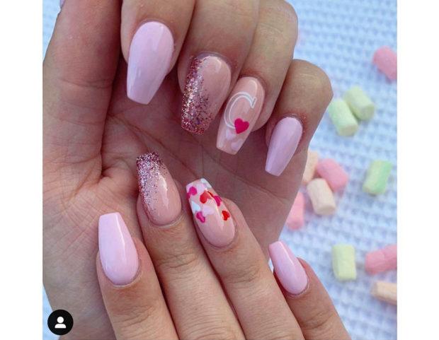 Manicure romantica sui toni del rosa