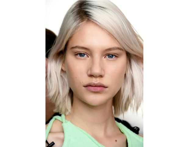 Capelli baby blonde con radici scure a contrasto.