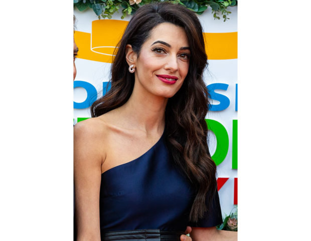 Onde morbide con riga laterale per Amal Clooney. Photo credit: Getty Images