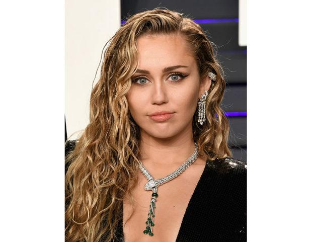 Le onde a effetto bagnato di Miley Cyrus. Photo credit: Getty Images