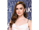 Acconciatura laterale per Lily Collins con onde sulle punte. Photo credit: Getty Images