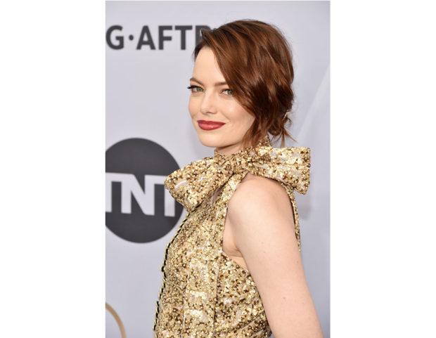 Un raccolto morbido per i capelli medi di Emma Stone. Photo credit: Getty Images