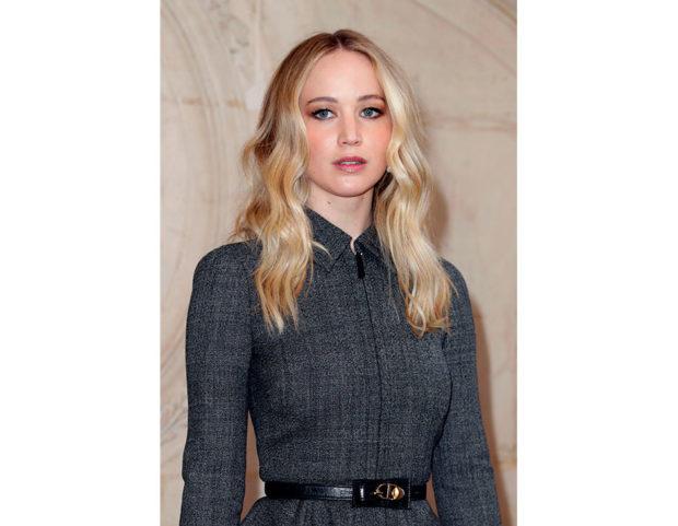 Onde con riga centrale per Jennifer Lawrence. Photo credit: Getty Images