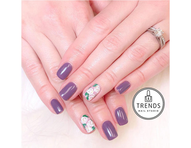 Unghie lilla con accent nail. Photo credit: instagram @trendsnailstudio