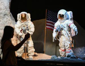 Mostre e collezioni fashion per celebrare lo sbarco sulla Luna