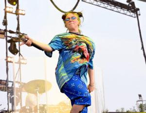 Billie Eilish fenomenale (anche su una gamba sola)