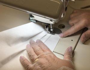 I brand di moda ora producono camici e mascherine