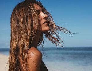 Capelli al mare: le protezioni solari per averli sani e luminosi